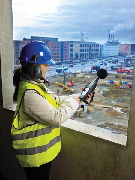 Meritev hrupa na gradbišču z merilnikom zvoka