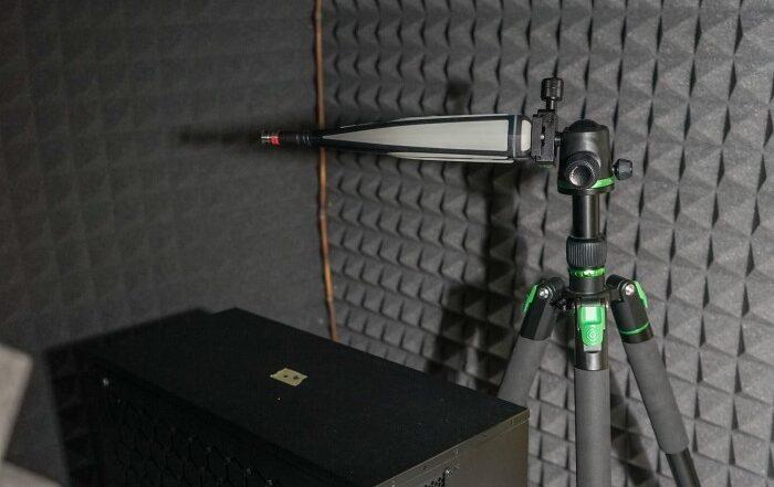 Meritev hrupa računalnika z ročnim merilnikom zvoka v improvizirani gluhi sobi